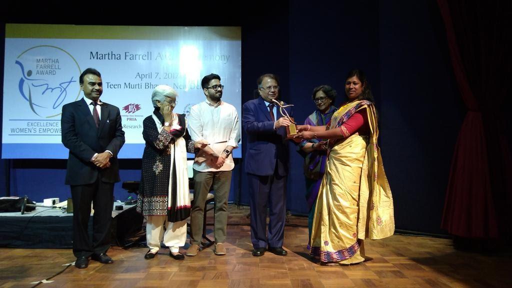 Rakhi Gope receiving the award for Most Promising Individual